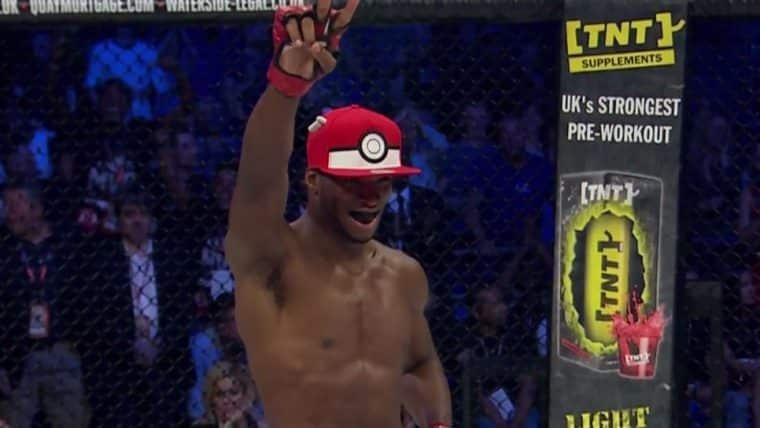 """Lutador de MMA comemora vitória """"capturando"""" Pokémon"""