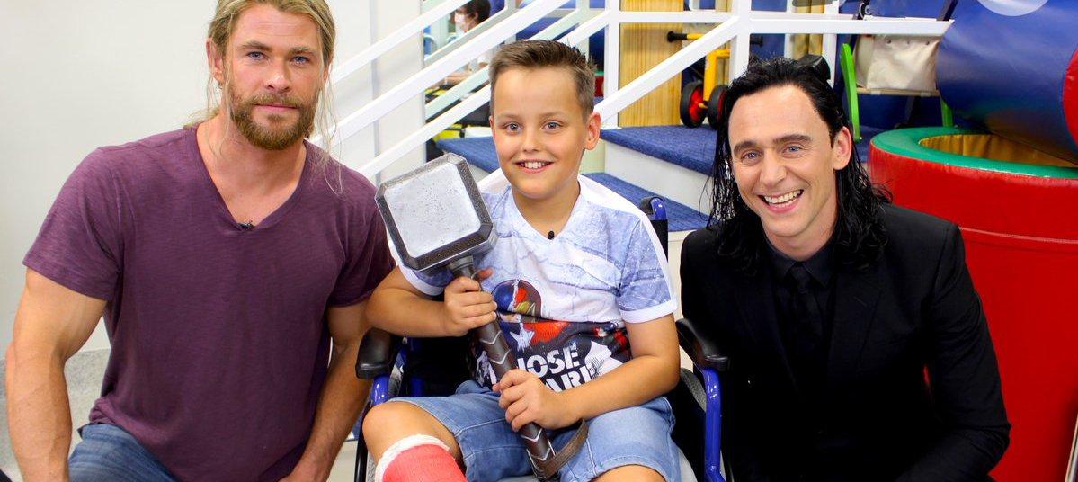 Chris Hemsworth e Tom Hiddleston visitam crianças em hospital