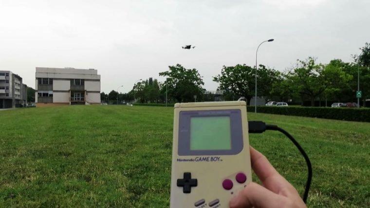 Veja um drone sendo controlado por um Game Boy