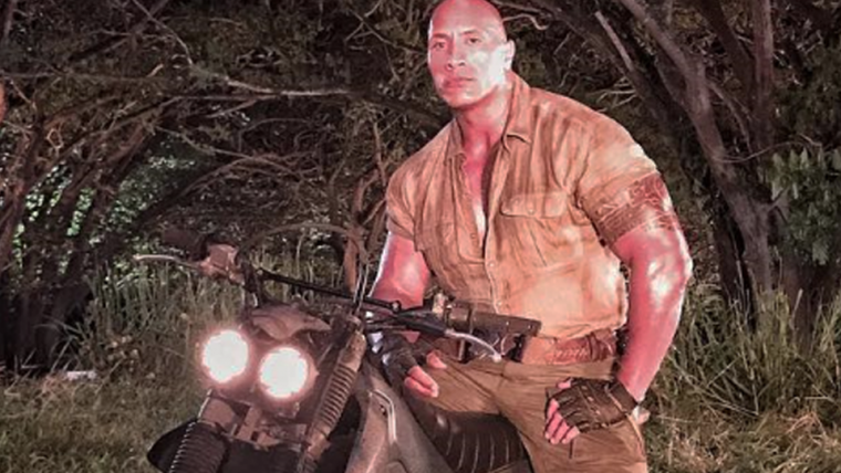 Jumanji | The Rock anda de moto enquanto usa um lança chamas em novo vídeo