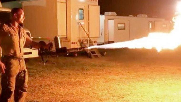 Jumanji | The Rock mostra lança-chamas em vídeo