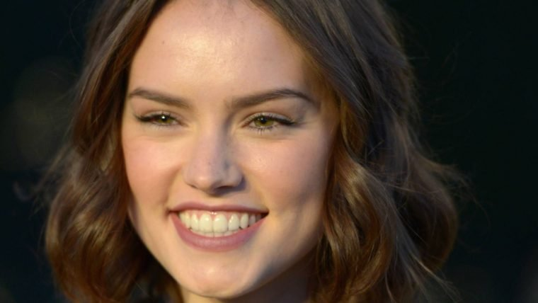 Daisy Ridley foge de perguntas sobre The Last Jedi feitas por colega de elenco