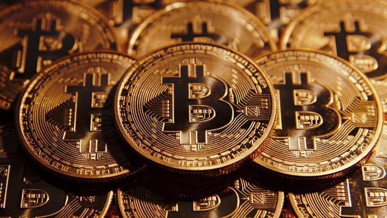 Bitcoin tem alta histórica e supera o valor do ouro pela primeira vez