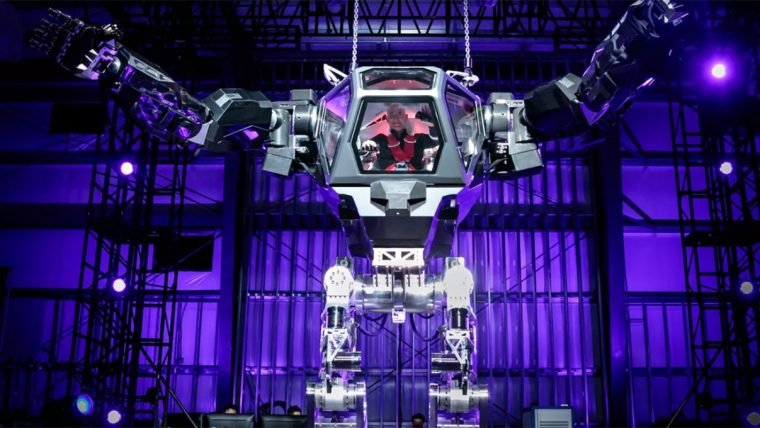CEO da Amazon pilota robô gigante e se compara com Sigourney Weaver
