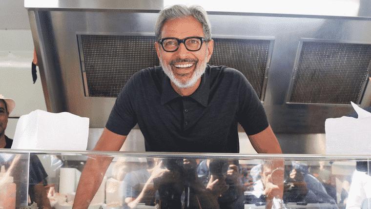Chef Goldblum! O novo emprego do ator envolve vender salsichas