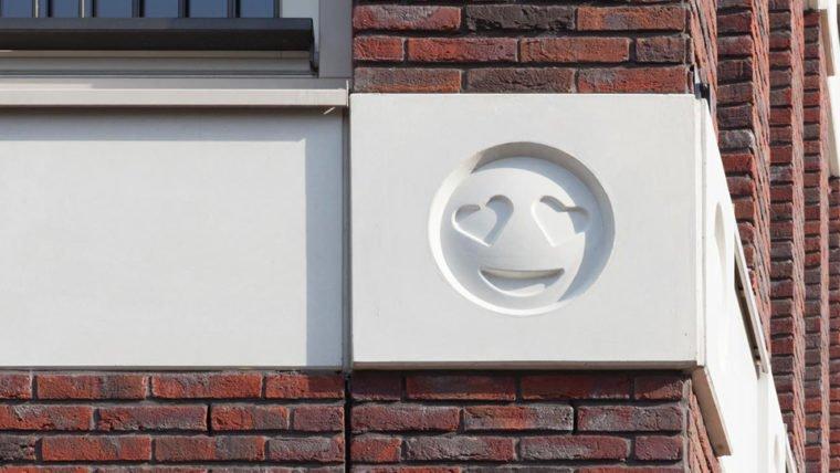 Que tal um prédio com emojis na fachada? Pois é... Veja as imagens