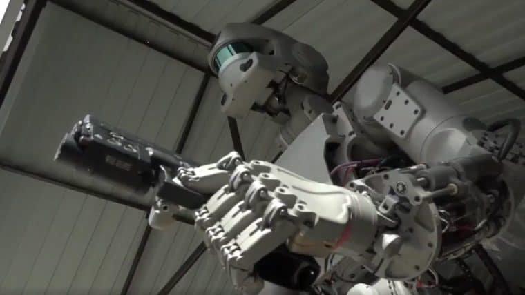 Robô russo está pronto para dirigir e atirar (em você)
