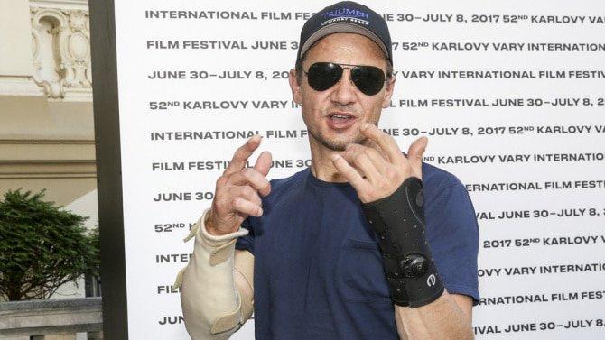 Jeremy Renner quebra pulso e cotovelo durante filmagens
