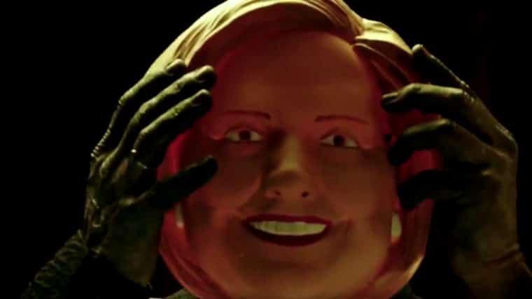 Abertura de American Horror Story: Cult traz máscaras de Trump e Hillary