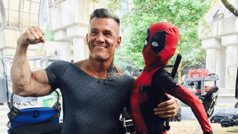 Fofura do dia: mini Deadpool posa com Josh Brolin no set de Deadpool 2