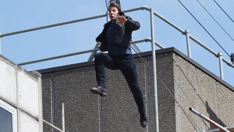 Tom Cruise erra pulo e se machuca em set de filmagens de Missão Impossível 6