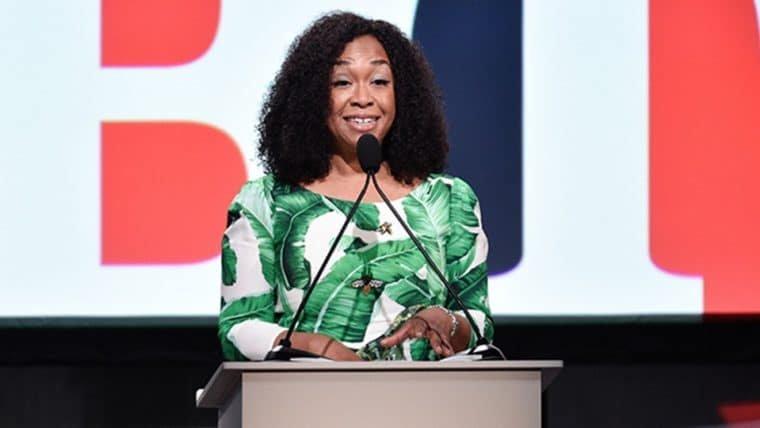 Shonda Rhimes pede por melhor representação LGBT em Hollywood