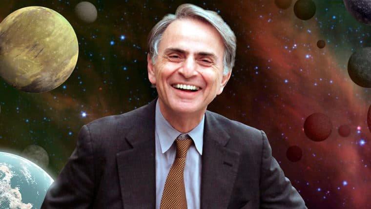 """Escrito por Carl Sagan, """"Cosmos"""" ganha data para retornar às livrarias brasileiras"""