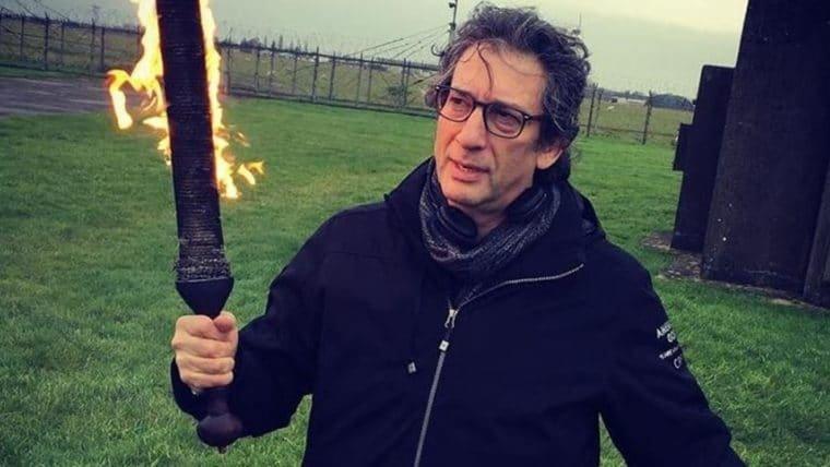 Neil Gaiman brinca com uma espada flamejante no set de Good Omens