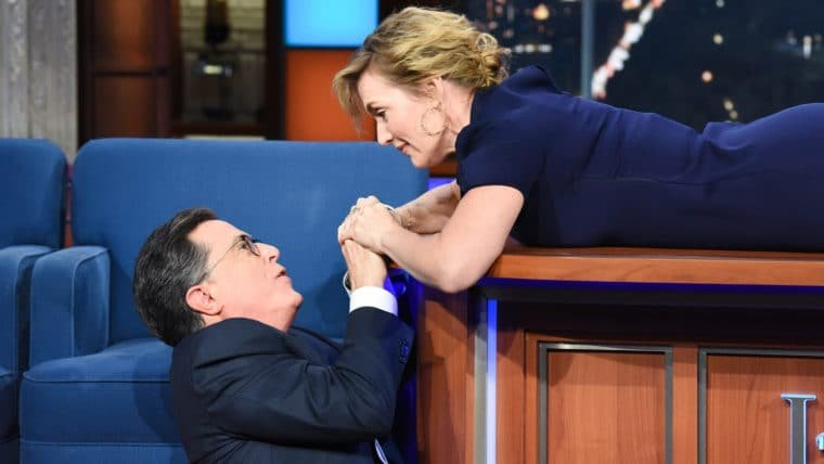 Kate Winslet recria cena final de Titanic com Stephen Colbert