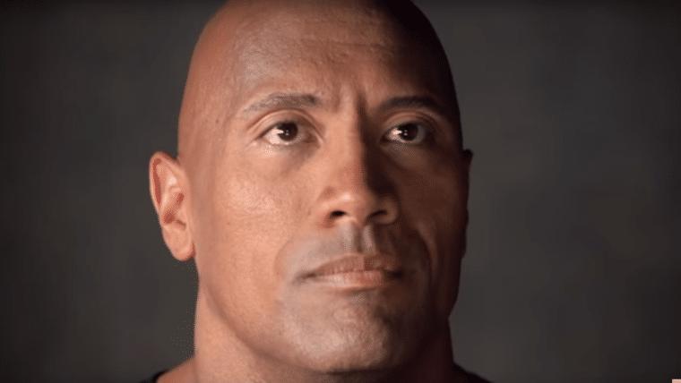 The Rock se emociona ao ganhar estrela na calçada da fama