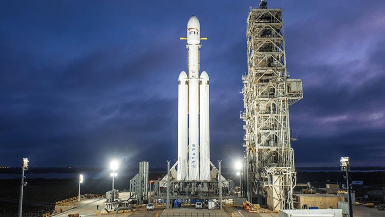 Vídeo mostra Falcon Heavy, o foguete mais poderoso do mundo, em posição de lançamento