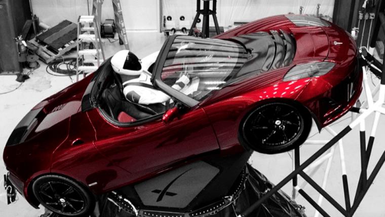 Elon Musk publica foto de carro pronto para decolar a bordo do foguete Falcon Heavy