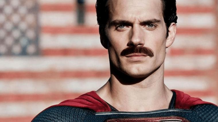 Zack Snyder brinca com o bigode de Henry Cavill em Liga da Justiça