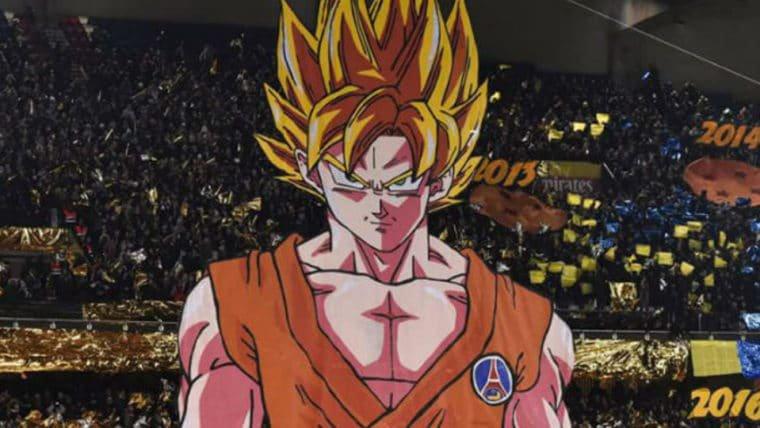 Em jogo de futebol, torcedores levantam bandeirão do Goku, de Dragon Ball