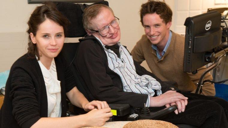 Eddie Redmayne homenageou Stephen Hawking no funeral do cientista