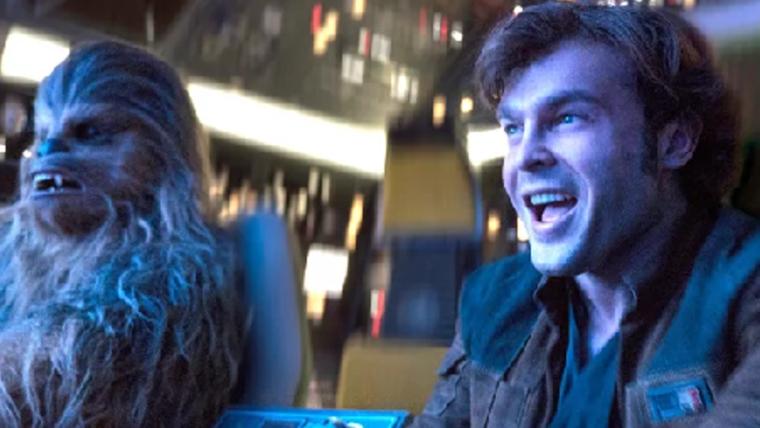Han Solo e Chewie pilotam Millennium Falcon em cena completa do filme