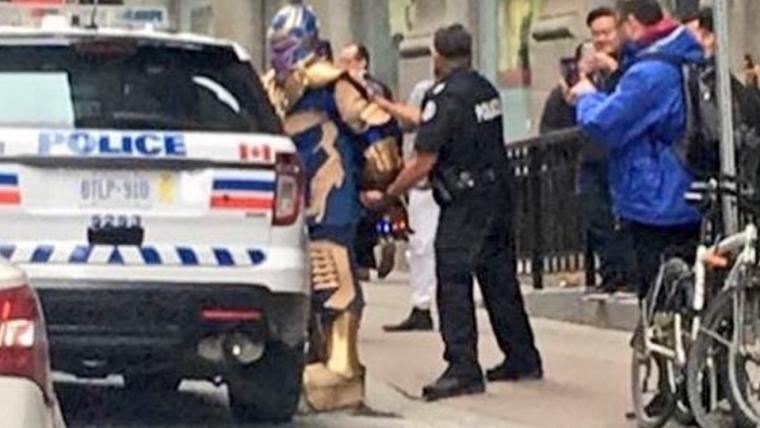 Homem fantasiado de Thanos é enquadrado pela Polícia de Toronto
