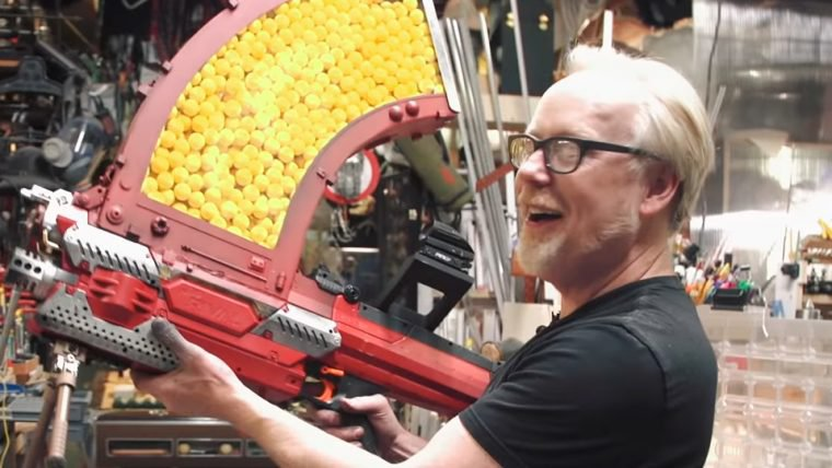 Uma Nerf que atira mil projéteis sem recarregar é o novo brinquedo de Adam Savage