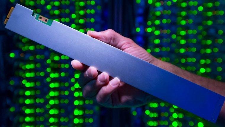 Novo SSD da Intel tem 32 TB de capacidade e 30 cm de comprimento