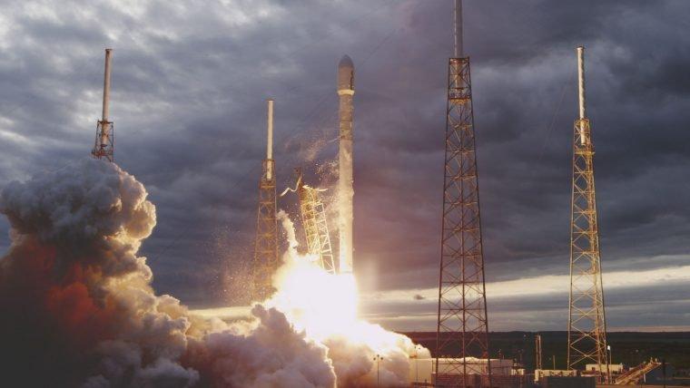 Foguete da SpaceX vai colocar 71 satélites em órbita em um único voo