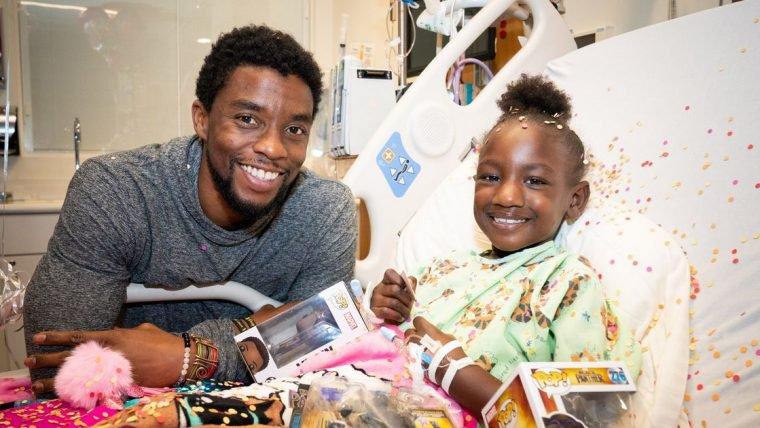 Chadwick Boseman, ator de Pantera Negra, visita crianças em hospital infantil