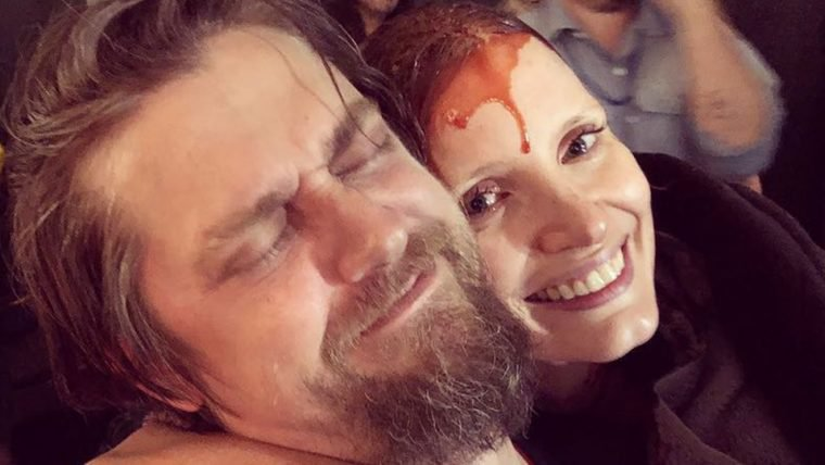 Jessica Chastain aparece ensanguentada em foto dos bastidores de It: A Coisa 2