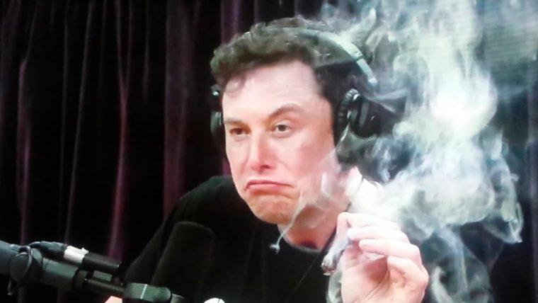 Ações da Tesla caem e executivos deixam empresa após Elon Musk fumar maconha em vídeo