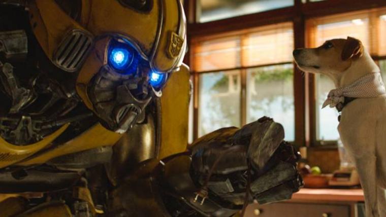 Bumblebee conhece um cachorro em nova foto do filme