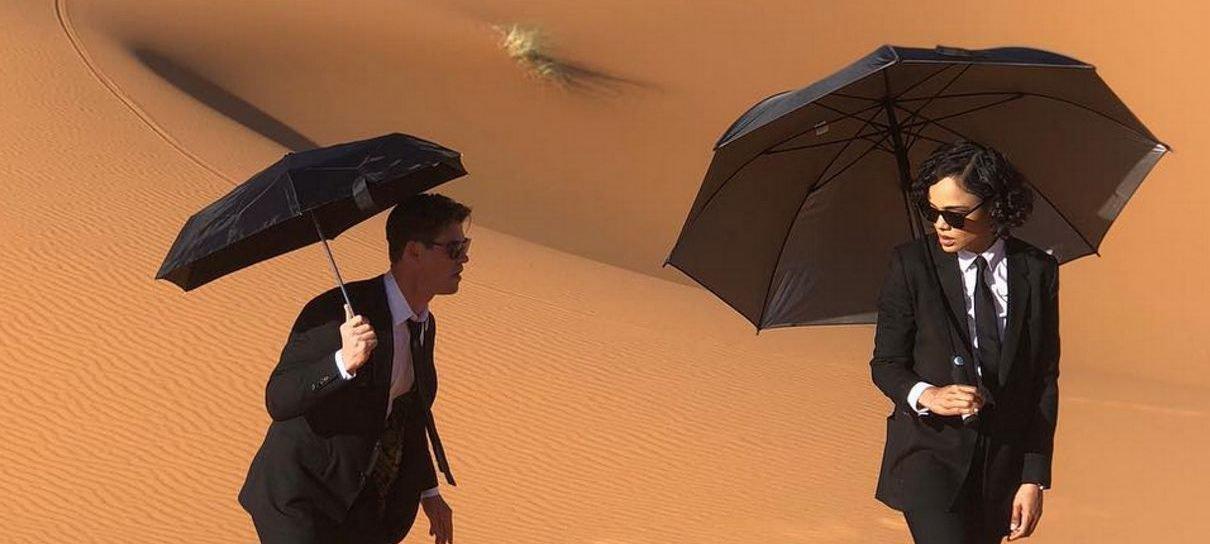 Homens de Preto | Tessa Thompson e Chris Hemsworth caminham no deserto em foto do spin-off