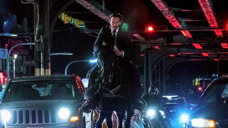 John Wick anda a cavalo em Nova York em novas fotos do terceiro filme