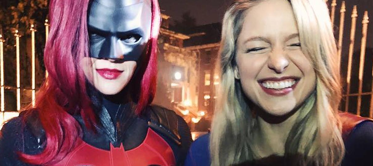 Supergirl e Batwoman aparecem juntas em foto de Melissa Benoist