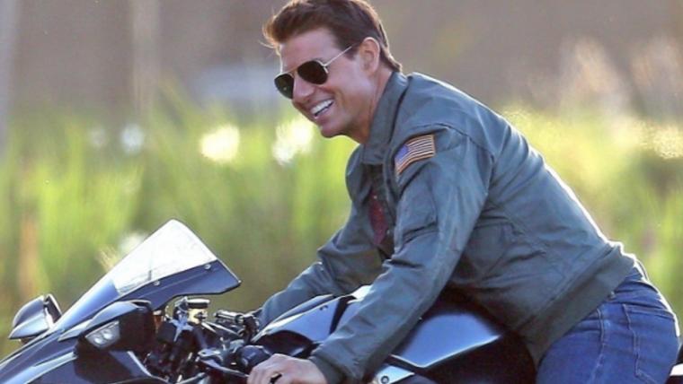 Tom Cruise aparece pilotando moto em novas fotos de Top Gun: Maverick