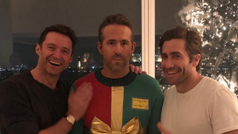 Ryan Reynolds é trollado por Hugh Jackman e Jake Gyllenhaal em festa de Natal