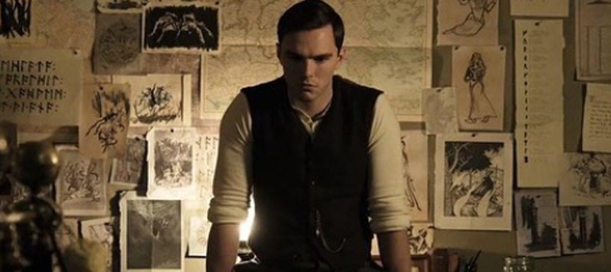 Tolkien | Nicholas Hoult aparece como o escritor em fotos do filme