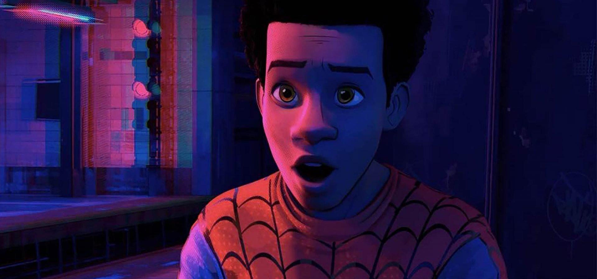 Em Homem-Aranha no Aranhaverso, a distinção entre personagem e cenários é feita com uma distinção de cores