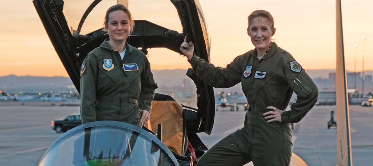 Capitã Marvel | Brie Larson se diverte ao dirigir aeronave em vídeo dos bastidores
