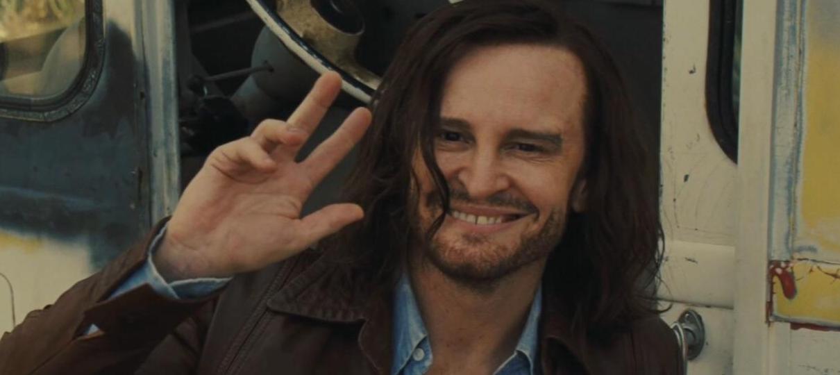 Damon Herriman aparece como Charles Manson em foto de Era Uma Vez em Hollywood