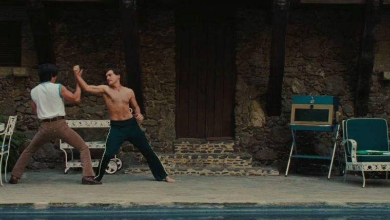 Bruce Lee e Sebring lutando à beira de uma piscina no trailer de Era Uma Vez em Hollywood