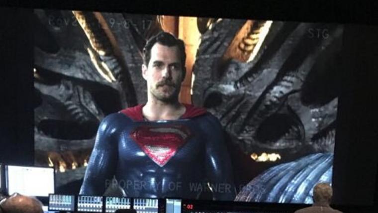 Liga da Justiça | Vazam imagens de Henry Cavill de bigode nas filmagens do filme