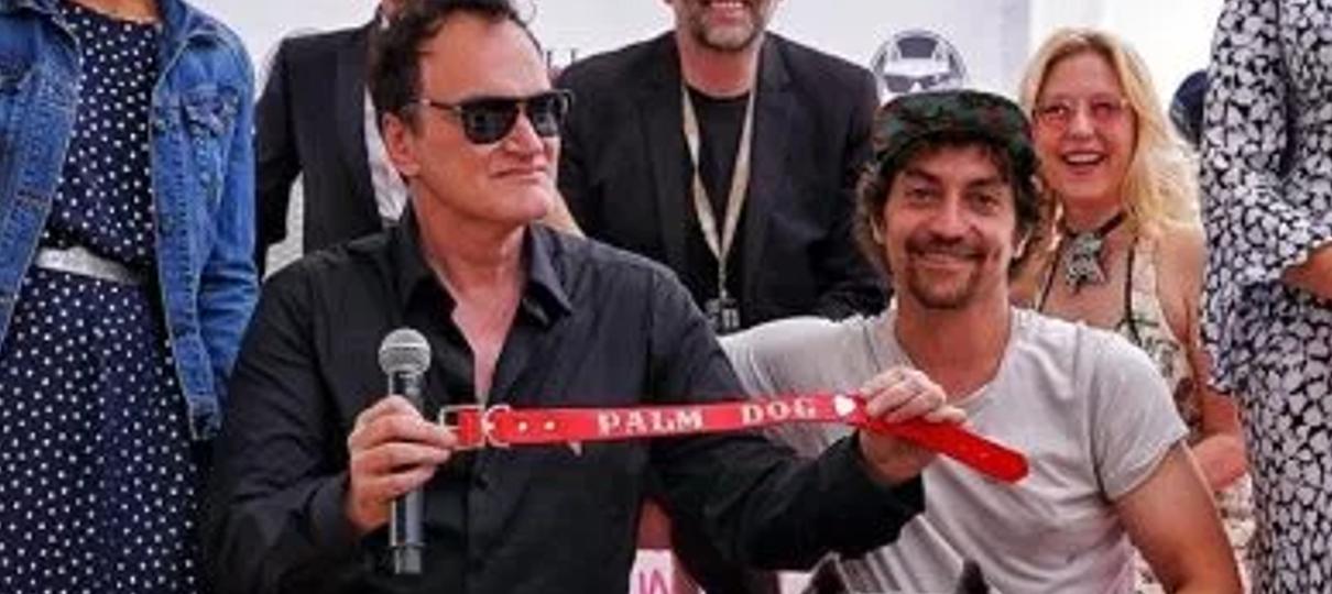 Quentin Tarantino recebe prêmio por melhor atuação canina em Era Uma Vez em Hollywood