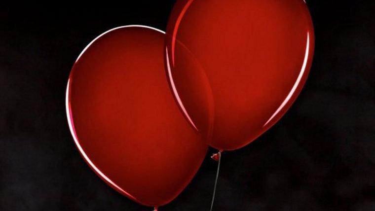 It: A Coisa - Capítulo 2 | Pennywise segura balões em pôster