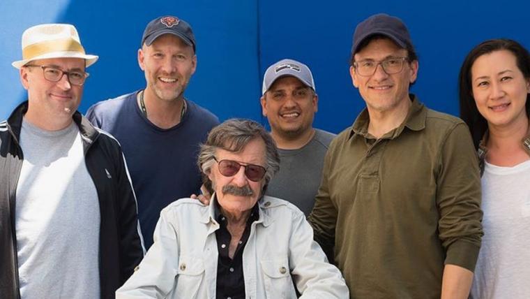 Irmãos Russo publicam foto com Stan Lee no set de Vingadores: Ultimato