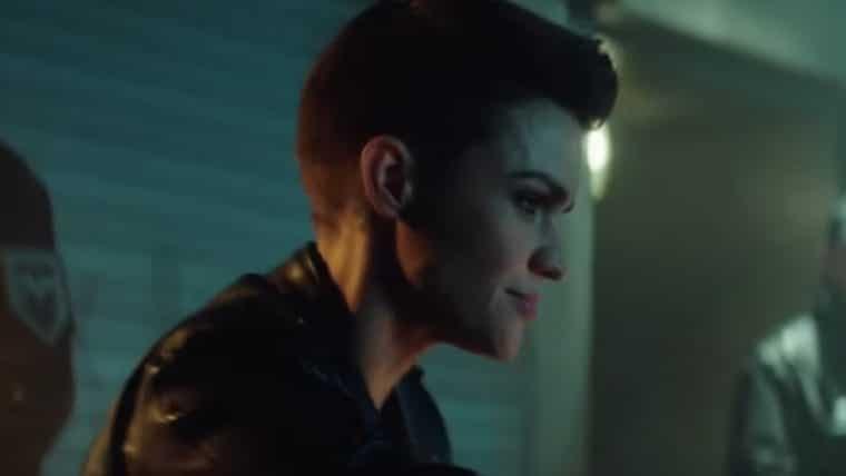 Batwoman | Kate Kane ajuda cidadã de Gotham em teaser da série