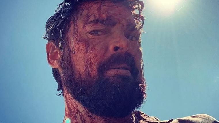 Karl Urban está coberto de sangue em foto da segunda temporada de The Boys